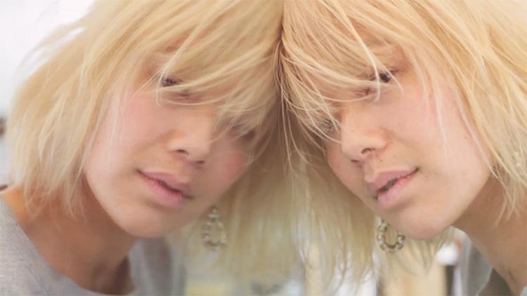Blonde et brune ayant hâte de partager